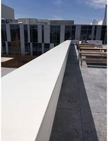 aat dus de betonnen ondergrond meewerken in het duurzaam waterdicht functioneren van het dak.